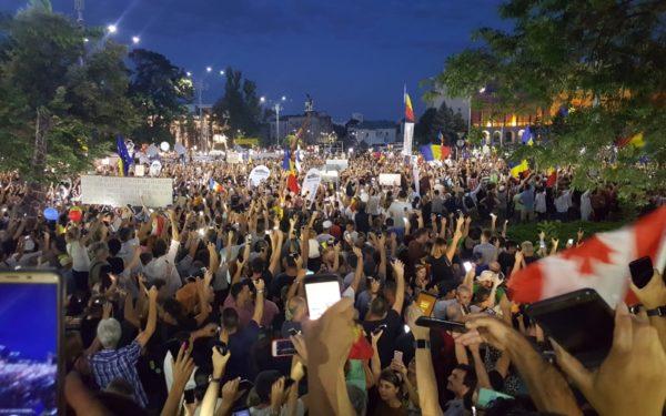 Weekend cu proteste antiguvernamentale în Capitală. Sute de oameni răniți după intervenția în forță a jandarmilor