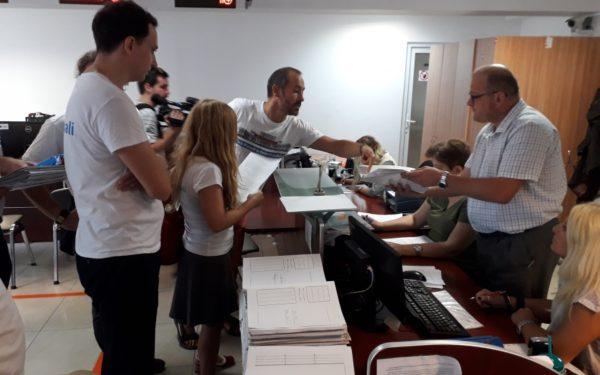 """FOTO & VIDEO I Semnăturile clujenilor pentru inițiativa """"Fără penali"""" au fost depuse la Primărie"""