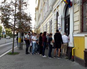 Clujenii au făcut coadă, în ultima zi în care se mai pot depune cererile pentru restituirea taxei auto