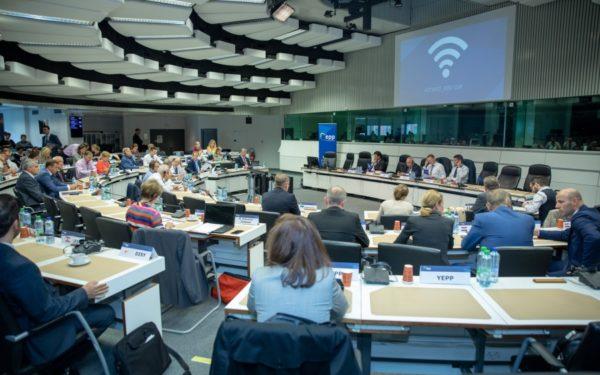 PPE: Situaţia statului de drept trebuie analizată în Ungaria, dar şi în alte ţări UE, inclusiv România