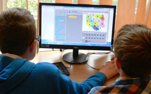 Primăria cumpără 1.400 de calculatoare şi table interactive pentru școlile din Cluj-Napoca
