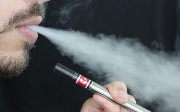 Proiectul care prevede interzicerea țigărilor electronice în spații publice, respins de senatori