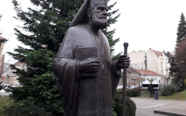FOTO & VIDEO | Pregătiri pentru Centenar! Statuile mitropolitului Bartolomeu Anania, a episcopului Nicolae Ivan și a cardinalului Iuliu Hossu au fost amplasate în centrul Clujului