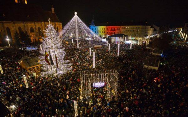 Brad de 10 metri în Piața Unirii din Cluj, donat de un turdean. Primăria a vrut să renunțe, din motive ecologice, la pomul de Crăciun