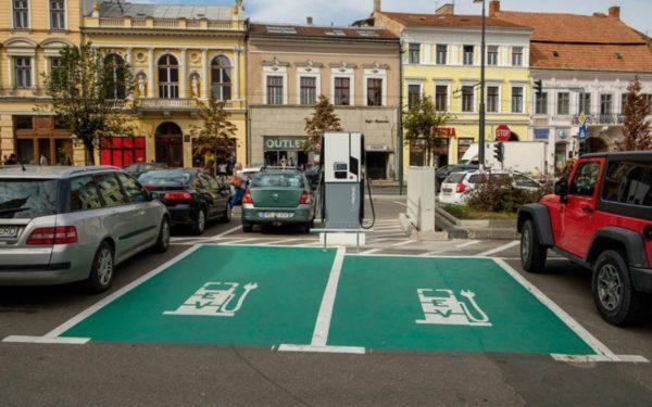 FOTO | S-au pus în funcțiune stațiile de încărcare gratuită a mașinilor electrice din centrul Clujului