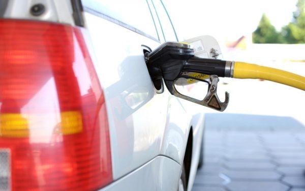 Guvernul francez va renunța la majorarea taxei pentru carburanți, după protestele violente din țară