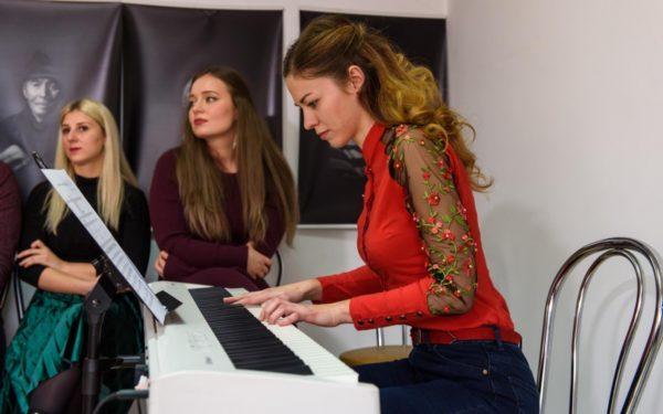 FOTO & VIDEO | Artiștii Operei din Cluj au dus muzica în penitenciar și în căminele de bătrâni