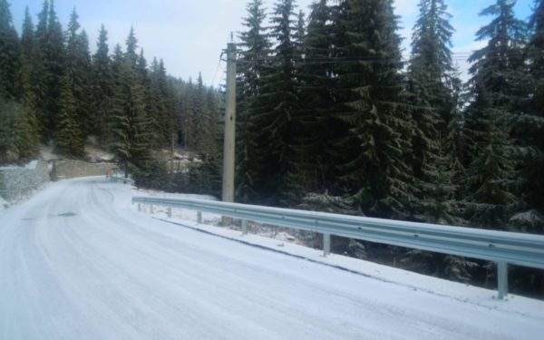 Se montează parapete din metal pe drumul care duce spre pârtia de schi de la Buscat