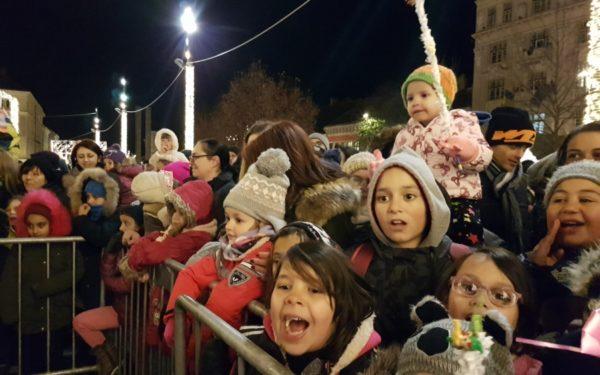 FOTO | Copiii au primit cadouri de Moș Nicolae în Piața Unirii din Cluj