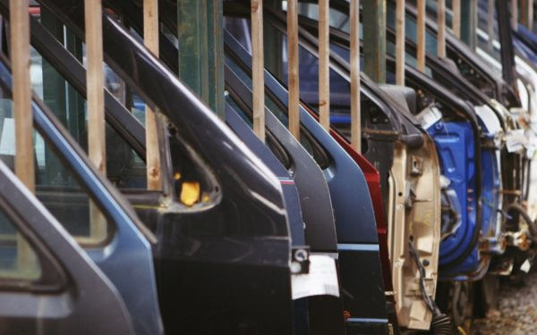 Ger în SUA | Marile companii auto americane opresc producția pentru a economisi gazele