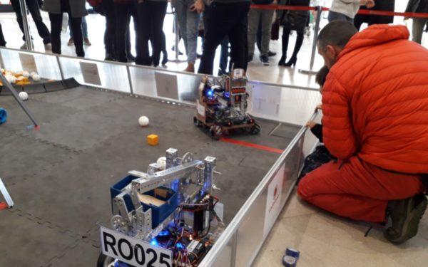 FOTO | Roboții care simulează o misiune spațială, creați de tineri din patru licee clujene