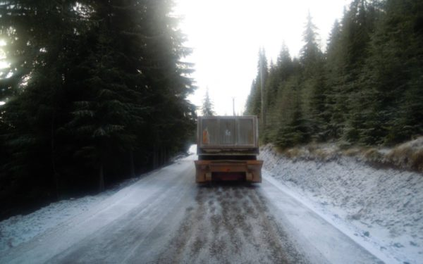 Polei pe mai multe drumuri județene din Cluj. Drumarii au folosit aproape 400 de tone de material antiderapant