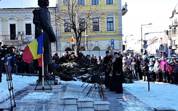 FOTO | Omagiu lui Mihai Eminescu, la statuia poetului din fața Teatrului Național din Cluj-Napoca