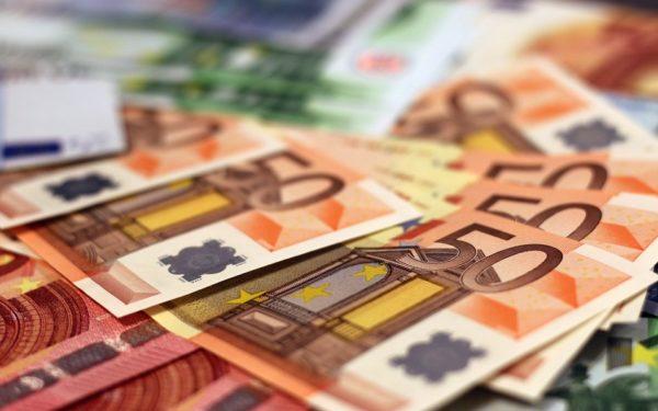 Leul continuă să se deprecieze în fața monedei euro