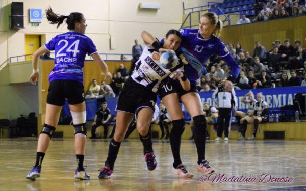Se reia Liga Florilor: Handbalistele de la Universitatea Cluj joacă azi cu liderul SCM Râmnicu Vâlcea