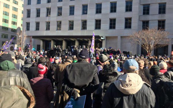 Protest la Washington faţă de blocarea activităţii administraţiei. Trump amenință cu declararea stării de urgență