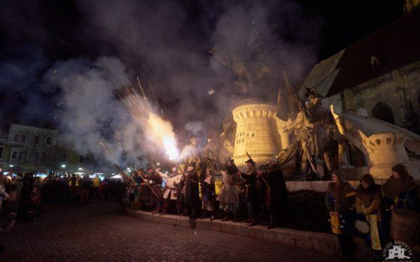 FOTO & VIDEO | Marș cu torțe și ținute medievale în centrul Clujului, la 576 de ani de la nașterea regelui Ungariei, Matia Corvin