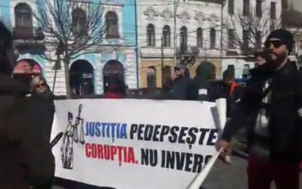 VIDEO | Două străzi din Cluj-Napoca, blocate de protestatari care au trecut de pe un trotuar pe altul