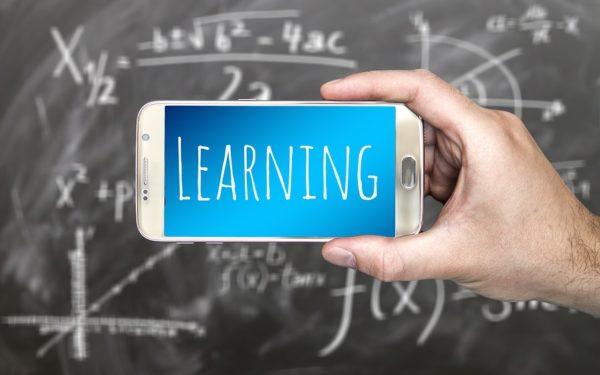 Ministrul Educației nu este de acord cu interzicerea telefoanelor mobile în școli