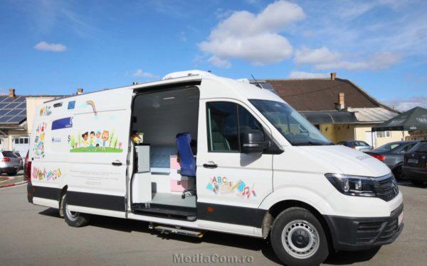 FOTO & VIDEO | Școala mobilă la Turda! Un microbuz amenajat ca atelier școlar va ajunge la copiii din comunitățile defavorizate