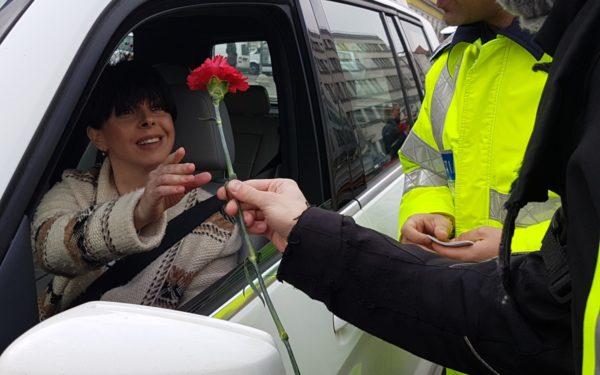 FOTO | Motocicliștii și polițiștii au adus primăvara la Cluj. Au împărțit flori și mărțișoare șoferițelor