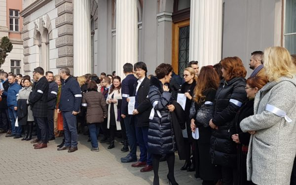 FOTO | Peste 120 de magistrați au protestat din nou în fața Palatului de Justiție Cluj