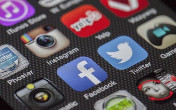 Familia regală britanică va bloca autorii mesajelor ofensatoare de pe conturile ei social media