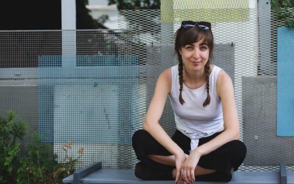 Interviurile EBS | Alexandra Felseghi, regizor, dramaturg și trainer: În momentul în care scrii de mână, altfel începi să gândești fraza
