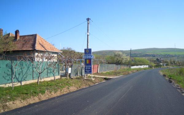 FOTO | Se circulă în condiții de siguranță pe drumul Vâlcele – Aiton. Au fost finalizate lucrările de asfaltare