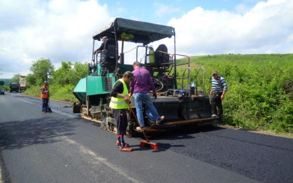 FOTO | Au început lucrările de asfaltare pe drumul care leagă Gherla de Geaca, zonă cunoscută pentru lacurile de pescuit de agrement