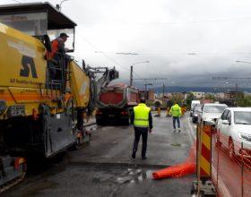 FOTO | Circulație îngreunată pe podul Fabricii din Cluj. Au început lucrările de decopertare a carosabilului