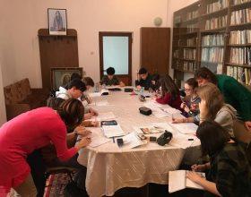 CLUJ | Meditații la biserică. Elevii care se pregătesc de examene sunt ajutați la matematică de două cadre universitare