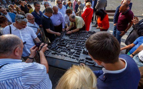 Egy Kolozsvárt megjelenítő bronz makettet helyeztek a város központjába