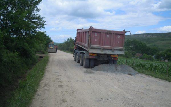 FOTO | Lucrări pe drumul care face legătura între DN16 și Chiriș. 7 kilometri vor fi asfaltați