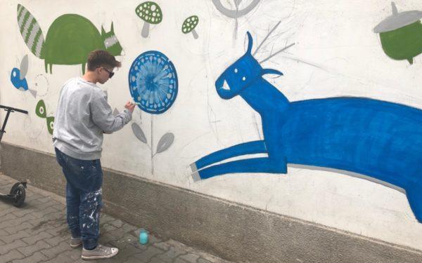 FOTO | Artă în beneficiul pacienților! Curtea până acum mohorâtă a unui spital din Cluj s-a umplut de culoare
