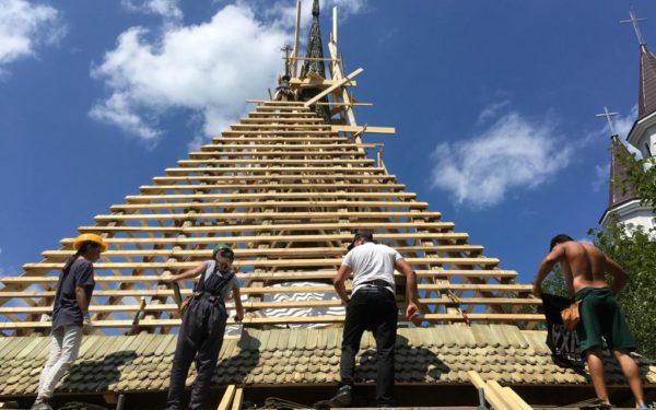 """""""Ambulanța"""" care salvează monumente. Mai mulți voluntari restaurează o veche biserică din județul Cluj"""