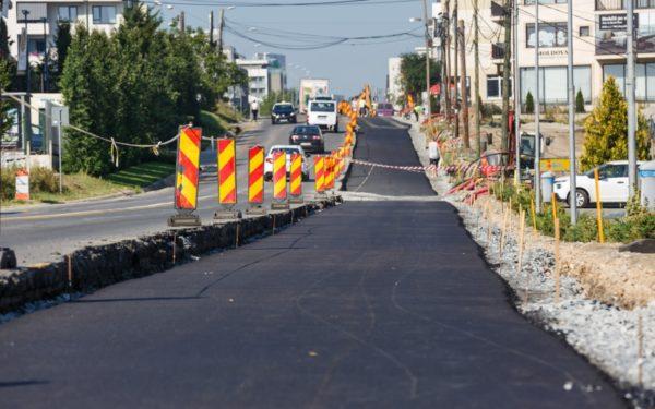 FOTO | S-a turnat primul strat de asfalt pe noua bandă a străzii Bună Ziua