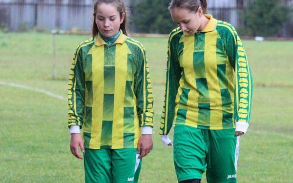 Primele clase de fotbal feminin din România își așteaptă elevele din această toamnă