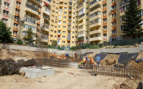 FOTO | A fost săpată fundația noului parking de pe strada Primăverii 8. Aici vor fi amenajate parcări pentru mașini electrice și biciclete
