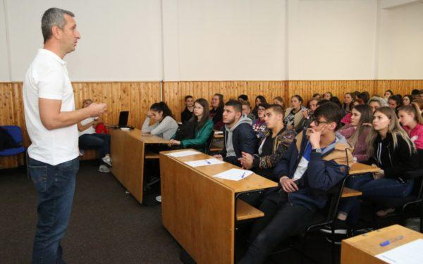 FOTO   Piloții profesioniști îi învață pe elevii clujeni cum să conducă preventiv