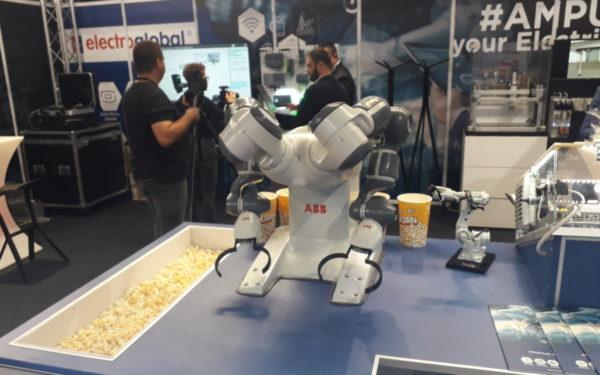 FOTO | Roboții care lucrează cot la cot cu angajații