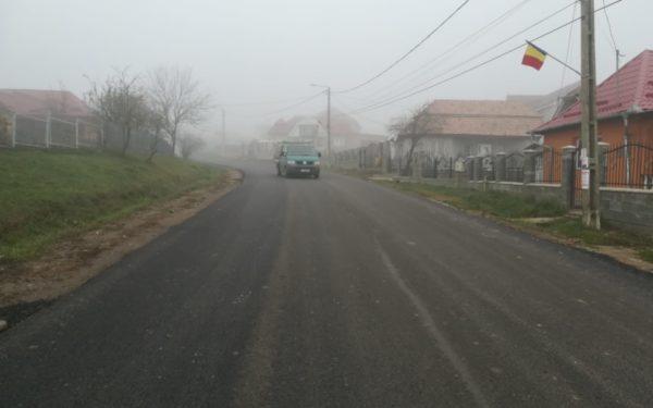 FOTO | Drumul din Frata a fost asfaltat. Se lucrează și la șoseaua din Viișoara