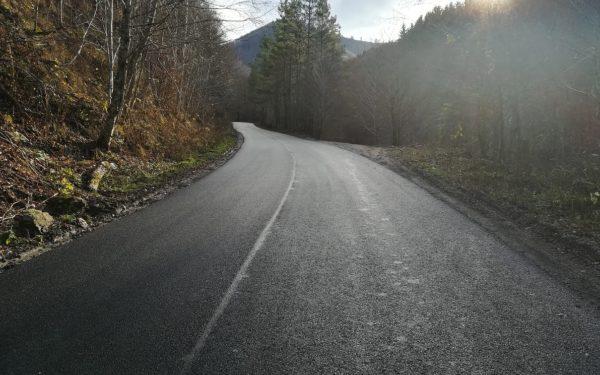 FOTO | A fost turnat asfalt pe mai multe sectoare din drumul Gilău-Mărișel