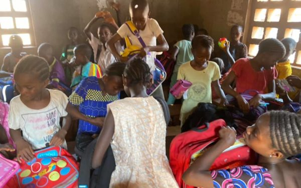 VIDEO | Chipurile bucuriei. Copiii din Sierra Leone au primit o parte din ghiozdanele donate de clujeni