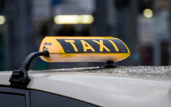 """Taximetriștii ar putea folosi în continuare banda dedicată pentru autobuze. Boc: """"Dacă nu vor fi abuzuri în continuare"""""""