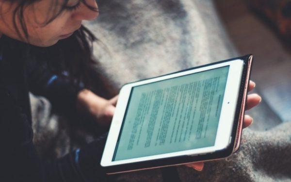 Peste 2.000 de elevi din Cluj-Napoca vor primi tablete gratuite pentru acces la cursurile online