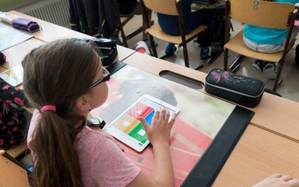 Primăria Cluj-Napoca finanțează cumpărarea de tablete pentru 1.678 de elevi care nu au acum acces la mediul online