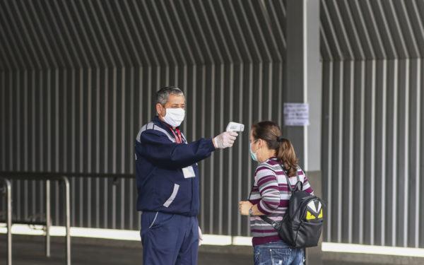 Triajului epidemiologic, inclusiv luarea temperaturii, este obligatoriu la intrarea în spațiile publice închise, reamintește Ministerul Sănătății
