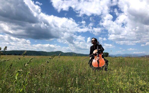 AUDIO | Violoncelistul Radu Croitoru străbate Transilvania cu concerte în aer liber, în locuri emblematice. El va cânta vineri pe Cetățuie