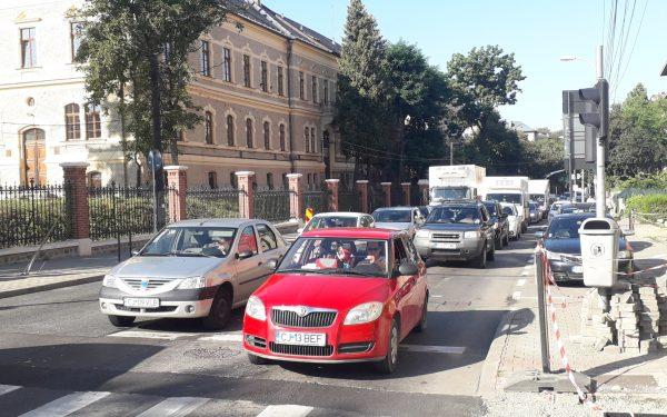 """Circulația în piața Lucian Blaga și pe strada Napoca, """"sugrumată"""" din cauza lucrărilor. Ce trasee alternative puteți să folosiți"""